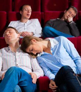 Quattro persone che dormono nella platea di un teatro