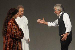 Tre attori che provano uno spettacolo a teatro