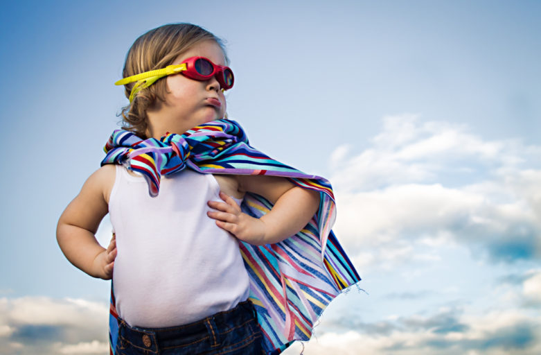 Bambina vestita da supereroe