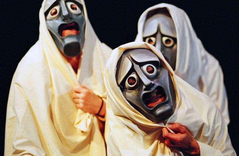 Tre attori di teatro con la maschera addosso