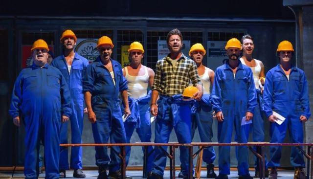 Attori di teatro che interpretano degli operai
