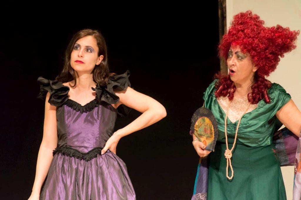 Un'attrice di teatro interpreta una strega
