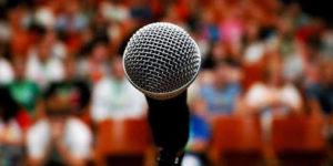 Microfono con sfondo della platea