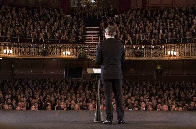 Attore parla al pubblico
