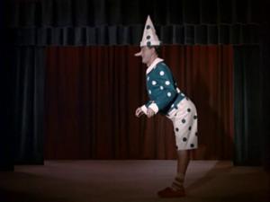 Totò vestito da Pinocchio sul palcoscenico di un teatro