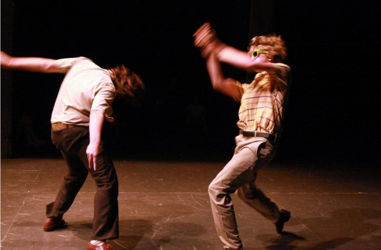 Adulti che fanno un corso di teatro